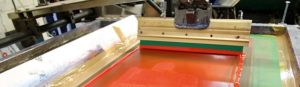 Automated press demonstrates how a Celina Custom Shirt printer and improve efficiency